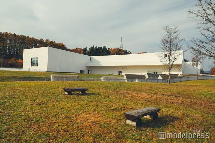 スッキリしたデザインで外観からも美しい青森県立美術館 (C)モデルプレス