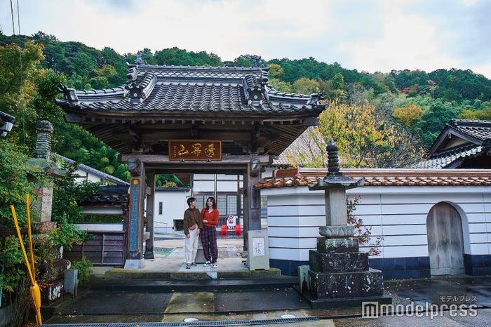 雰囲気のある満正寺の入り口(C)モデルプレス