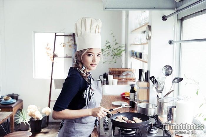 初のレシピBOOK「Rola's Kitchen」を発売するローラ(画像提供:エムオン・エンタテインメント)【モデルプレス】
