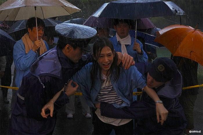 北川景子(中央)/連続ドラマ「探偵の探偵」第1話より