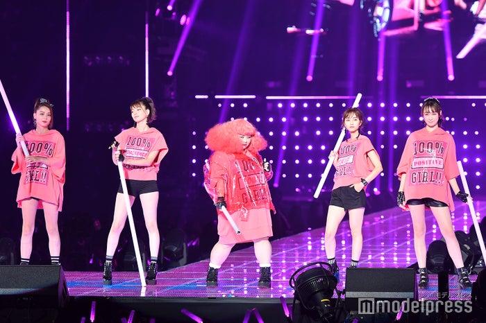 (左から)Niki、八木アリサ、渡辺直美、堀田茜、藤井サチ(C)モデルプレス