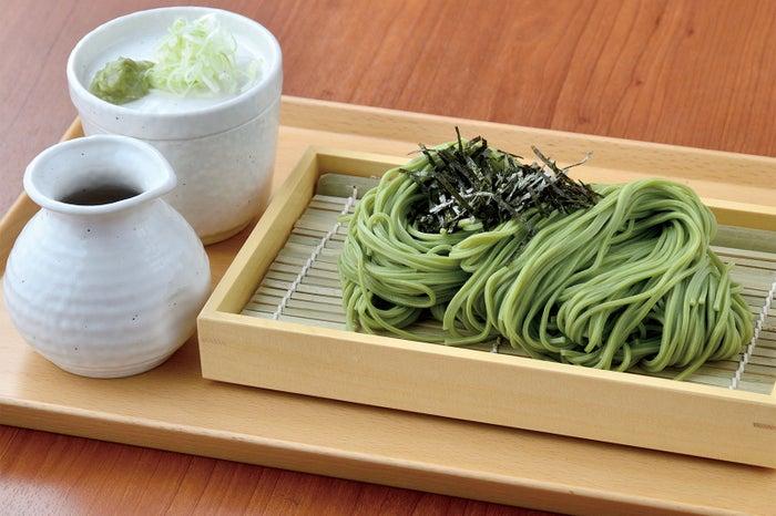 宇治抹茶の上品な味わいと見た目も鮮やかな茶そば/画像提供:LIFEstyle