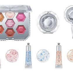 (上段左から)「15thアニバーサリー アイシャドウコンパクト」「コンパクトミラーⅣ」「ハンドミラーⅡ」(下段左から)「15thアニバーサリー リップグロス01 pink brilliance」<メインカラー>「同02 blue brilliance」「同03 pink&gold brilliance」 (C)JILL STUART Beauty