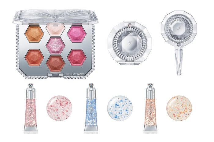 (上段左から)「15thアニバーサリー アイシャドウコンパクト」「コンパクトミラー�W」「ハンドミラー�U」(下段左から)「15thアニバーサリー リップグロス01 pink brilliance」<メインカラー>「同02 blue brilliance」「同03 pink&gold brilliance」 (C)JILL STUART Beauty
