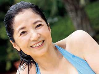 宮崎美子、40年ぶりビキニ姿で人生初カレンダー プールサイドで眩しい笑顔