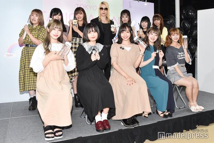 (前列左から)神宿/羽島めい、小山ひな、一ノ瀬みか、塩見きら、羽島みき(後列左から)そわんわん、三年食太郎、ねお、ROLAND、kamin、showroomオーディション勝者2名 (C)モデルプレス