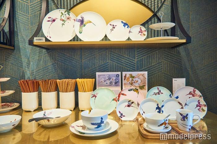 """中国の伝統的なモチーフである""""花鳥""""からインスピレーションを得てデザインされた新シリーズ。<br> シンプルかつ華やかなデザインで、どんな料理をも引き立ててくれそう(C)モデルプレス"""