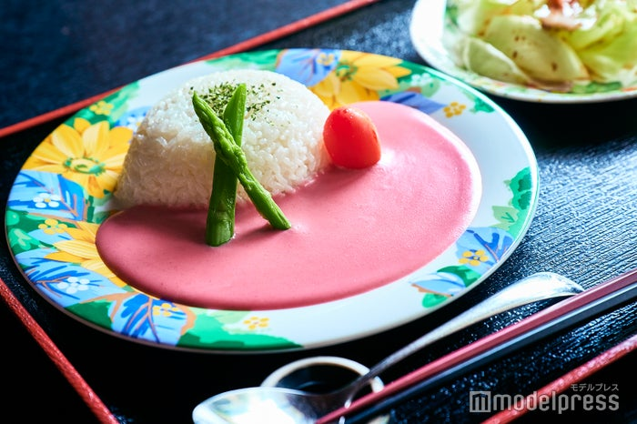 華貴婦人のピンク華麗(カレー)サラダ・スープ付で1,540円(税込)(C)モデルプレス