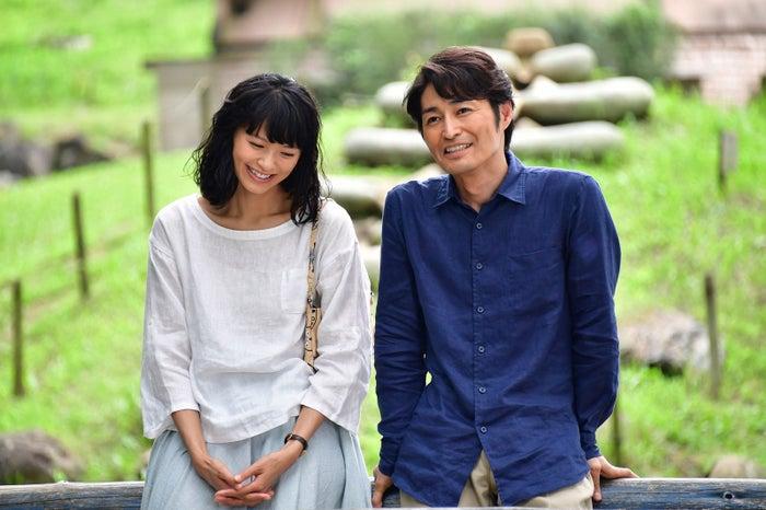 榮倉奈々、安田顕(C)2017「家に帰ると妻が必ず死んだふりをしています。」製作委員会