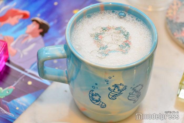 <リトル・マーメイド>カフェラテ  単品:790円/カップ付き:2,390円(C)モデルプレス(C)Disney