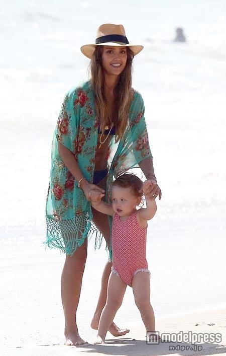 2013年9月、マリブのビーチで次女ヘイヴンちゃんと一緒にいるところをパパラッチされました。FameFlynet Pictures/Zeta Image【モデルプレス】