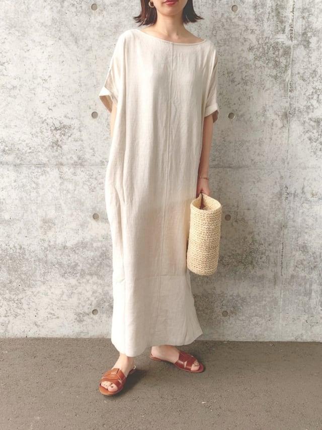 ベージュのロングワンピースにZARAのサンダルを履いた女性