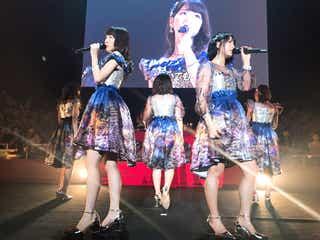 """指原莉乃、モー娘。コラボ曲披露 柏木由紀はファンに""""気遣い""""<AKB48 8thアルバム 発売記念 特別LIVEイベント>"""