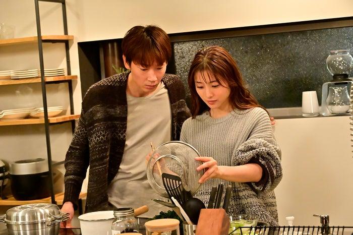 綾野剛、石原さとみ 「恋はDeepに」第6話より(C)日本テレビ