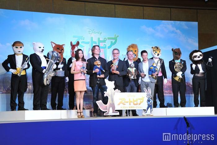 (前列左から)上戸彩、バイロン・ハワード監督、リッチ・ムーア監督、クラーク・スペンサー氏、高橋茂雄(後列)ズーラシアンブラス/(C)モデルプレス