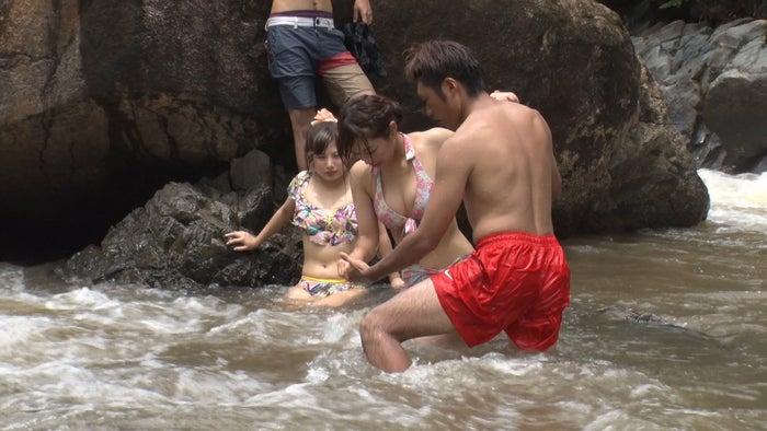 ゆめちんを助けるハト胸/「あいのり:Asian Journey」第5話より(C)フジテレビ