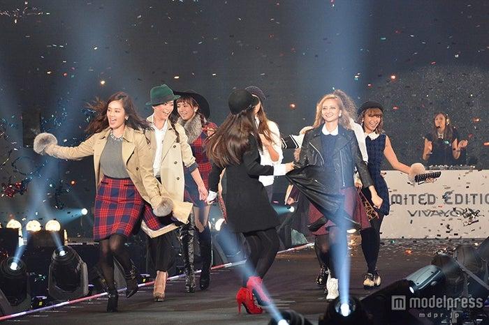 ステージ終盤ではDJに合わせて踊るようにランウェイをウォーキングするモデルたち