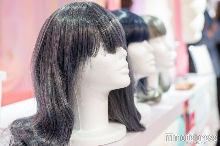 「girls mignon」で試せるアイスカラーのウィッグ(C)モデルプレス