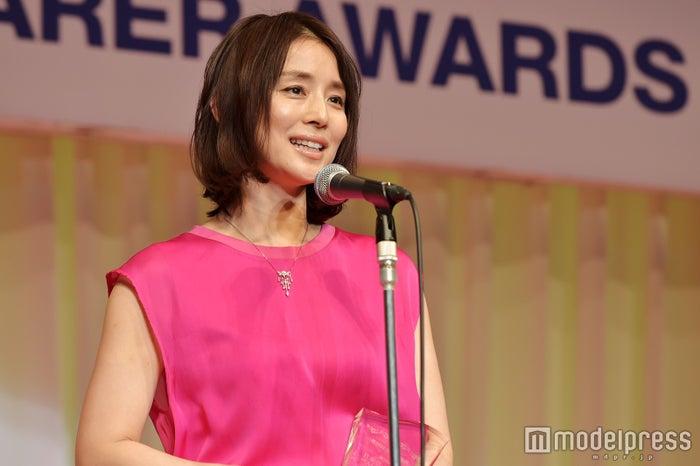 「第28回 日本ジュエリーベストドレッサー賞」を受賞した石田ゆり子(C)モデルプレス