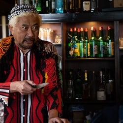 ブラザートム、台本通りにできない!?クセの強いカフェ店長を熱演中『隕石家族』第7話