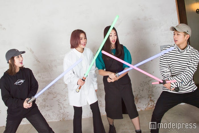 ライトセーバー同士がぶつかると音が出る仕組みに驚く4人(C)モデルプレス