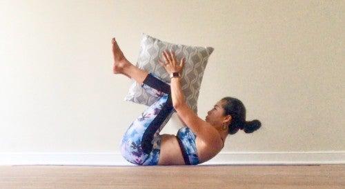 息を吐きながら膝を曲げて、体を丸くするようにして、両手で持っているクッションもしくは枕を両膝に渡すようにします。