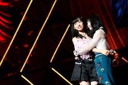 小栗有以、横山由依「第8回 AKB48紅白対抗歌合戦」(C)AKS