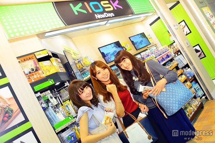 カバンに収まるコンパクトサイズで持ち運びにも便利/(モデル左から)大島諒子、片桐優妃、田中絵里菜