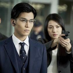 EXILE岩田剛典、クールなメガネ&スーツ姿で大沢たかおを追い詰める<AI崩壊>