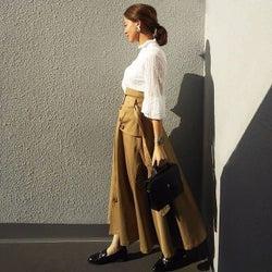 ロング丈ベージュのふんわりスカートで上品に。メリハリ&きれいめカジュアルコーデ9選♪