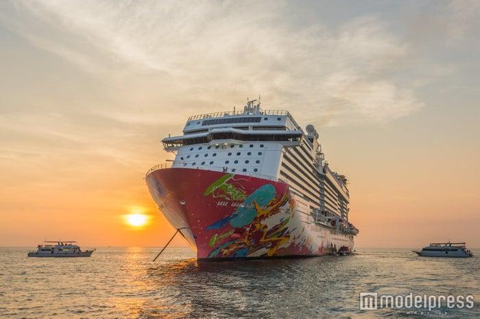 夕日を浴びる巨大な船に感動 (C)モデルプレス