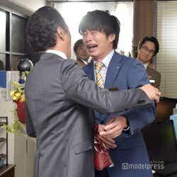 田中圭、涙腺崩壊…吉田鋼太郎と熱い抱擁を交わす瞬間 (C)モデルプレス