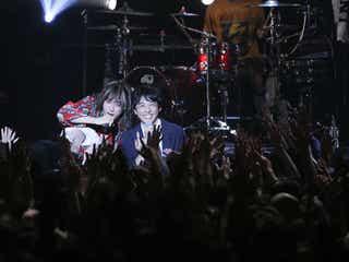 高橋一生、ドラマ主題歌ライブにサプライズ参加 SUPER BEAVERとのコラボに2500人熱狂<僕らは奇跡でできている>