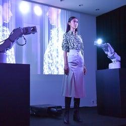 """「ジュン・アシダ」20年春夏 """"ミラー""""のライブインスタレーションで発表"""