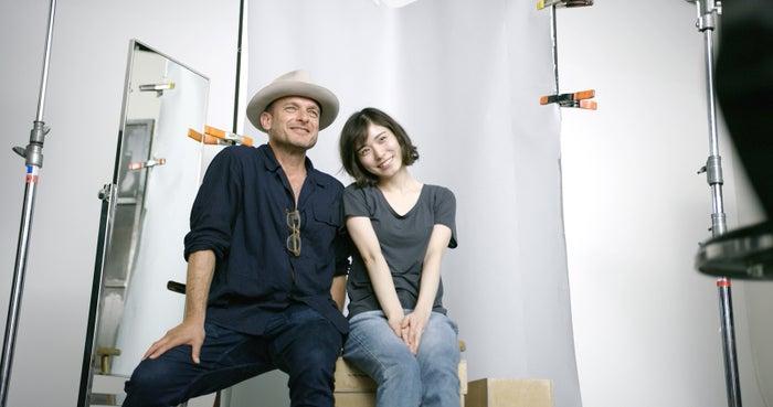 (左から)フォトグラファーのクリストファー・アンダーソン、松岡茉優