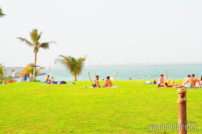 La Merは海に面しており、広大なビーチで想い想いに時間を過ごせる(C)モデルプレス