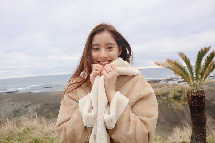 ace063f3456f8 Banner Barrettのコートをまとった新木優子 (画像提供:日本テレビ