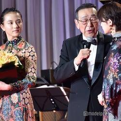 (左から)清原果耶、露木茂、平手友梨奈(C)モデルプレス