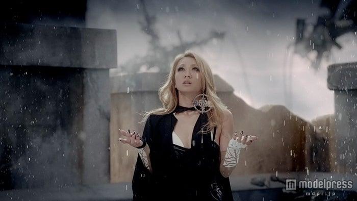「Dance In The Rain -Music Video Ver.-」より【モデルプレス】