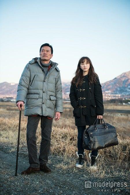 映画「gift」でダブル主演をつとめる遠藤憲一(左)と松井玲奈(右)