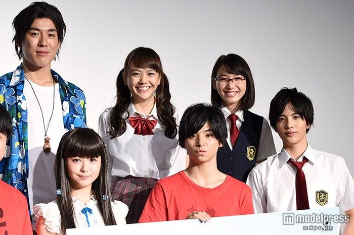 「あの花」実写化キャスト陣が勢ぞろい/(前列左から)浜辺美波、村上虹郎、志尊淳(後列左から)高畑裕太、松井愛莉、飯豊まりえ
