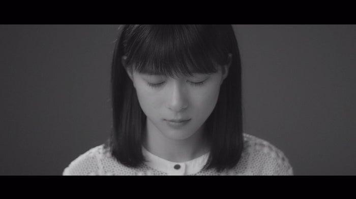 芳根京子/Little Glee Monster 『ヒカルカケラ』MVより(提供写真)