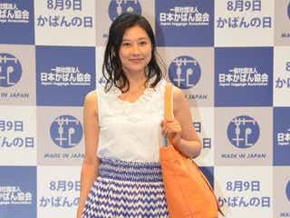 菊川怜、スカートなびかせスラリ美脚披露