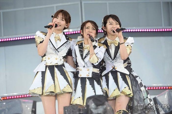 AKB48小嶋陽菜(左)/(C)AKS