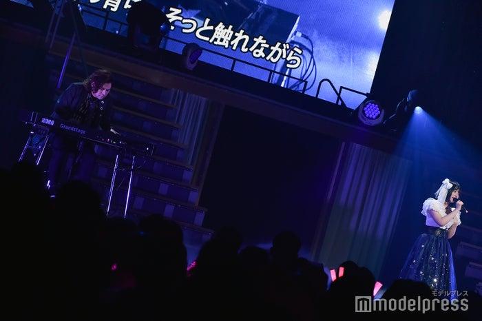 都 啓一(Rayflower/SOPHIA)の伴奏で歌う矢作萌夏「AKB48矢作萌夏ソロコンサート~みんなまとめてすちにさせちゃうぞ~」 (C)モデルプレス