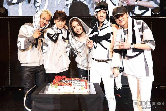 「WINNER JAPAN TOUR 2015」ではデビュー1周年のお祝いも