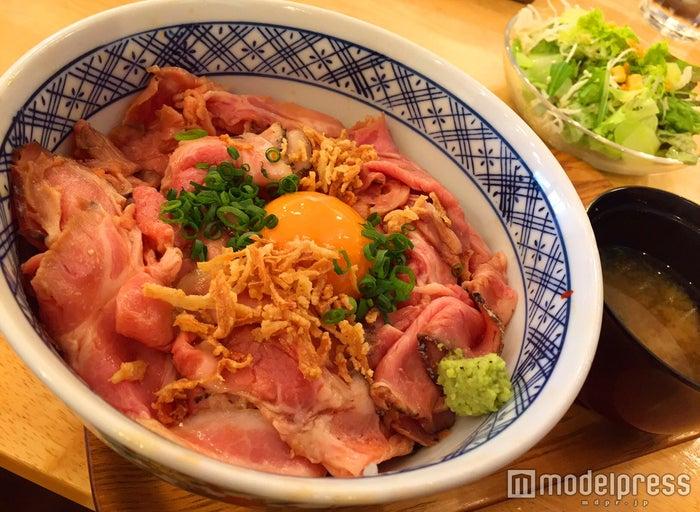 ランチ限定の「ローストポーク丼」1,000円(C)モデルプレス