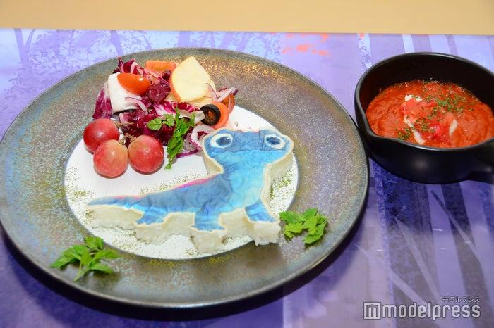 <サラマンダー>かけて楽しい!?真っ赤なトマトカレー 2,190円(C)Disney(C)モデルプレス