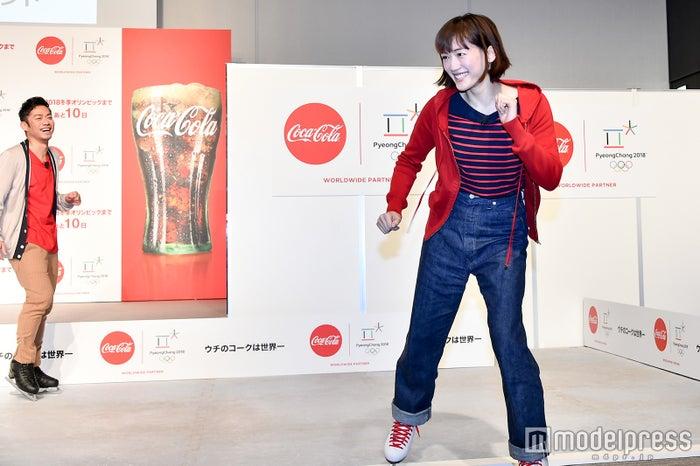 勢い余って記者の前に飛び出してくる綾瀬はるか、それを見守る高橋大輔(C)モデルプレス