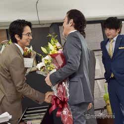 握手を交わす眞島秀和と吉田鋼太郎。(C)モデルプレス